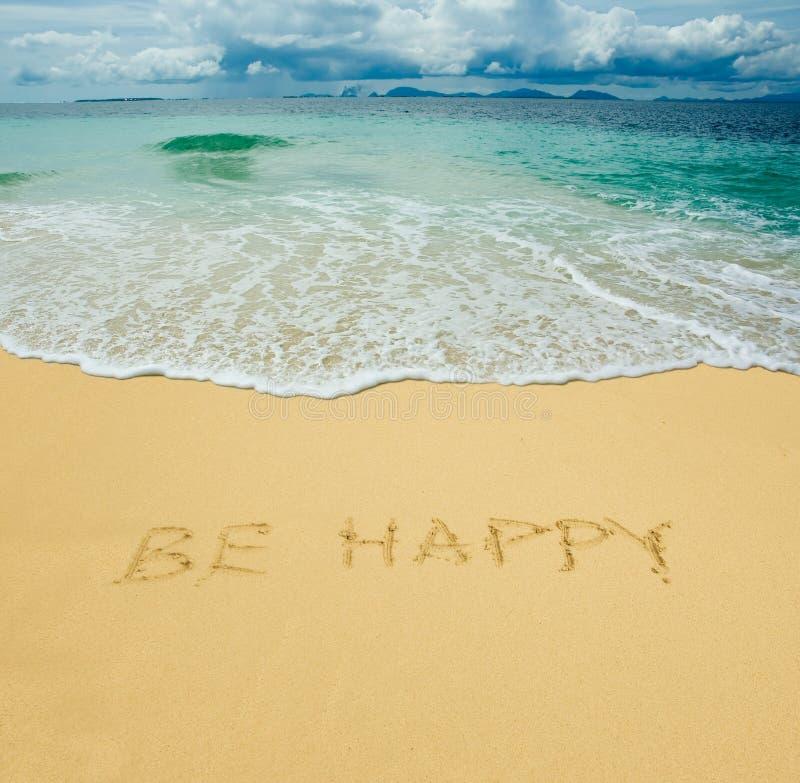 Var lycklig skrivet i en sand royaltyfri foto