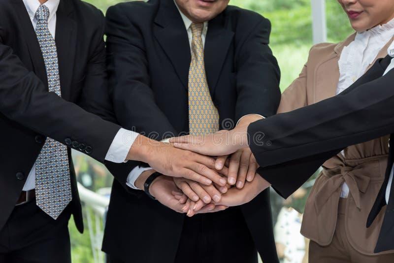 Var mänskliga händer för affär ett samarbete arkivfoto