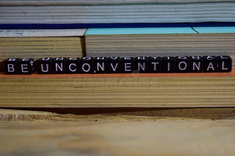 Var okonventionell på träkvarter Motivation- och inspirationconcep arkivfoton