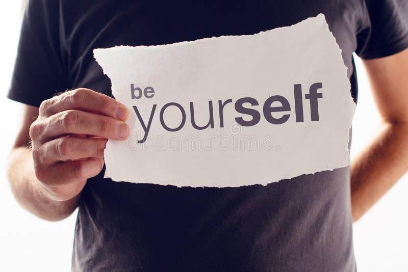 Var själv det motivational meddelandet fotografering för bildbyråer