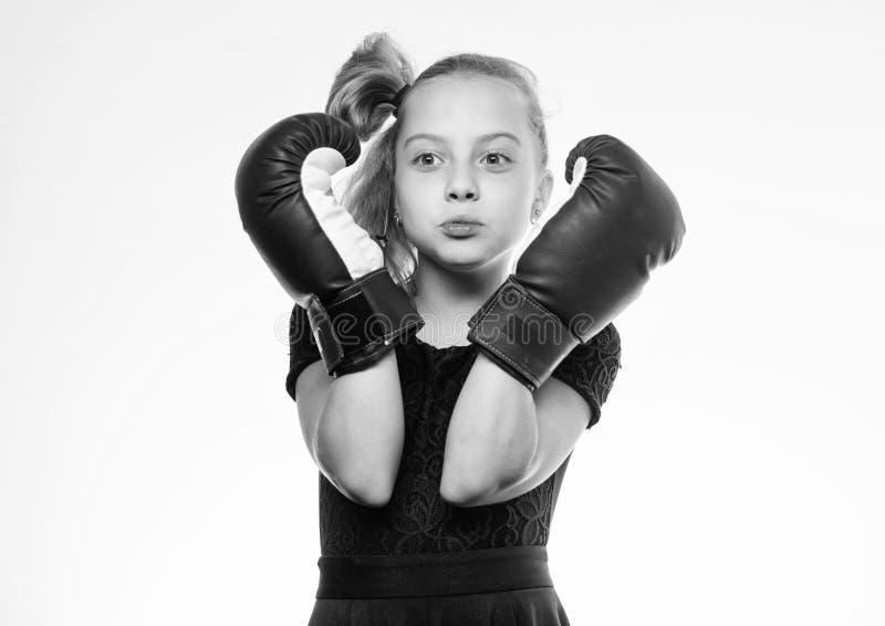 Var stark Flickabarn med bl?a handskar som poserar p? vit bakgrund Sportuppfostran Uppfostran f?r ledarskap och royaltyfri foto