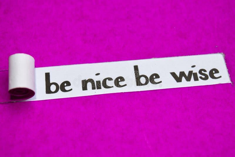 Var trevlig är den kloka text, inspiration, motivationen och affärsidéen på purpurfärgat sönderrivet papper royaltyfri fotografi