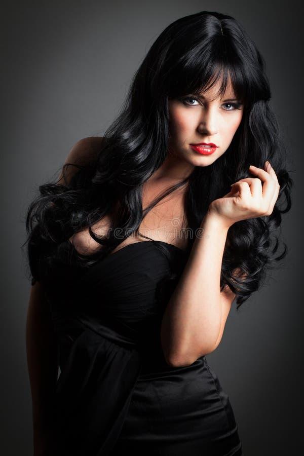 vara attraktiv bakgrund lättretligt hår för svart kors har den långa looken för bilden som behandlas delvist till den stads- kvin royaltyfria foton