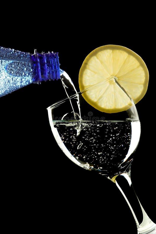 vara bubbligt exponeringsglas hällt vatten royaltyfri fotografi