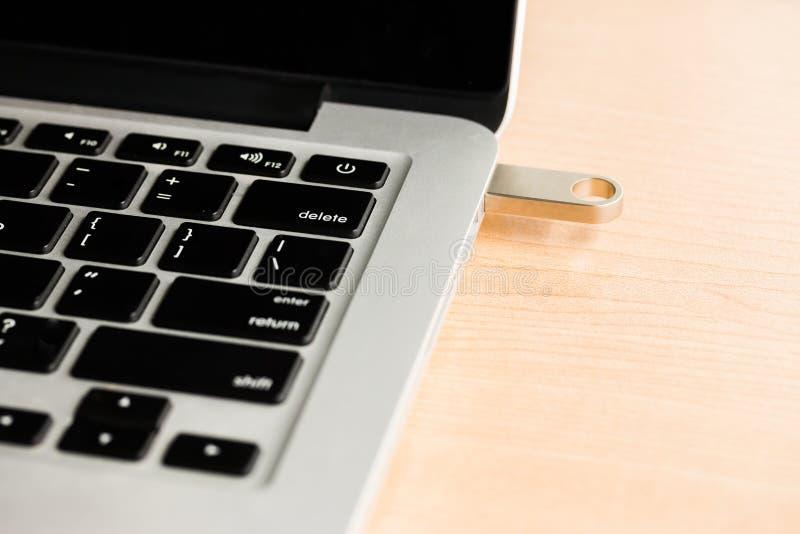 Vara da movimentação do flash de USB conectada ao laptop foto de stock