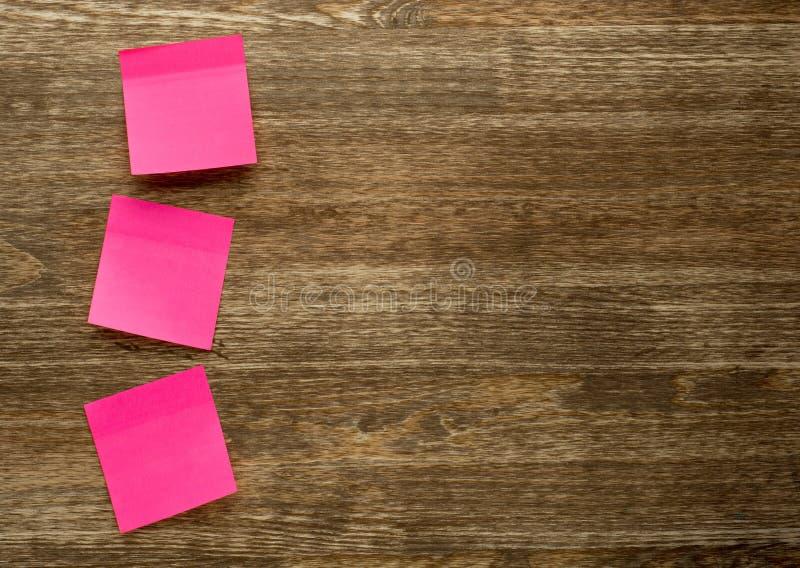 Vara da nota do memorando no fundo de madeira foto de stock