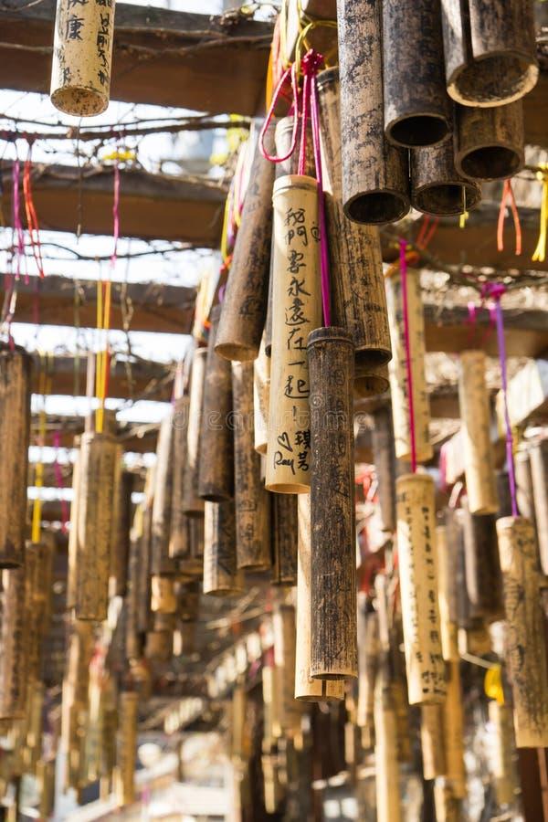 Vara de bambu com desejo da palavra que pendura em torno da estação AR de Jintong fotos de stock