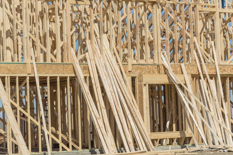 A vara de dois andares do close-up construiu em casa sob a construção em Irving foto de stock royalty free