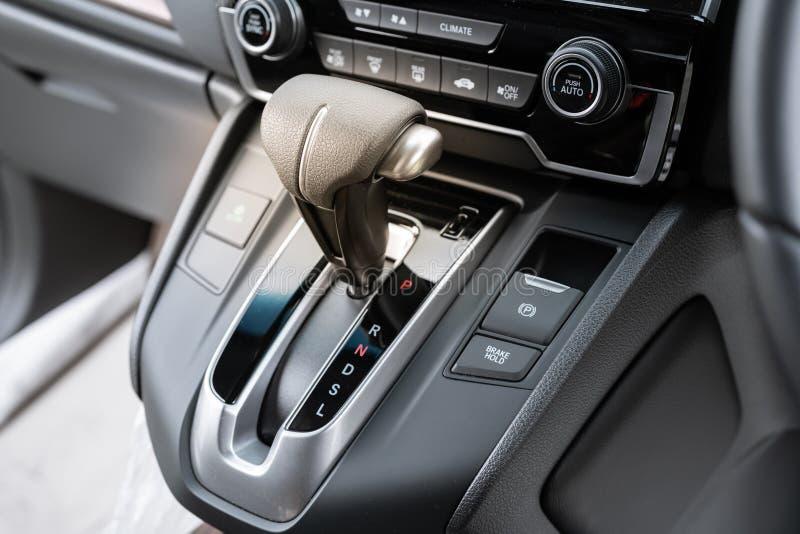 Vara de engrenagem automática de um carro moderno, detalhes do interior do carro Ícone perto de uma alavanca de seleção do assoal imagens de stock royalty free