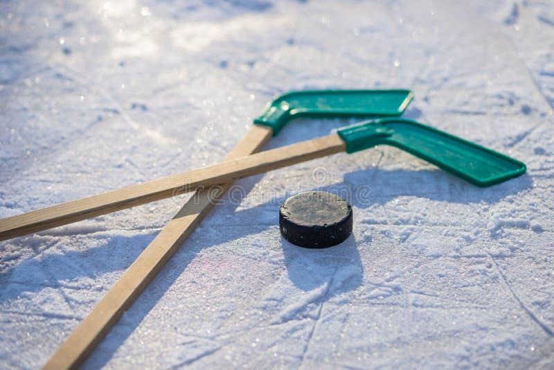 Vara de hóquei em gelo com fita e o disco brancos jogo de equipe, conceito da competição no negócio Varas e disco de hóquei em ge imagem de stock royalty free