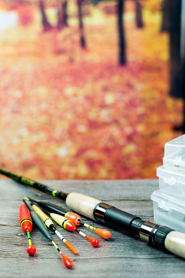 Vara de pesca com os acsessories na tabela de madeira cinzenta fotos de stock royalty free