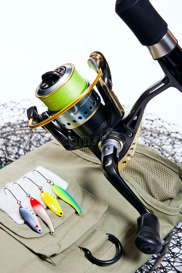 Vara de pesca e atrações no branco foto de stock royalty free