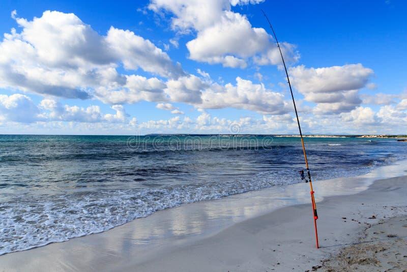 Vara de pesca no panorama e no mar Mediterrâneo da praia de Platja Es Trenc em Majorca foto de stock royalty free