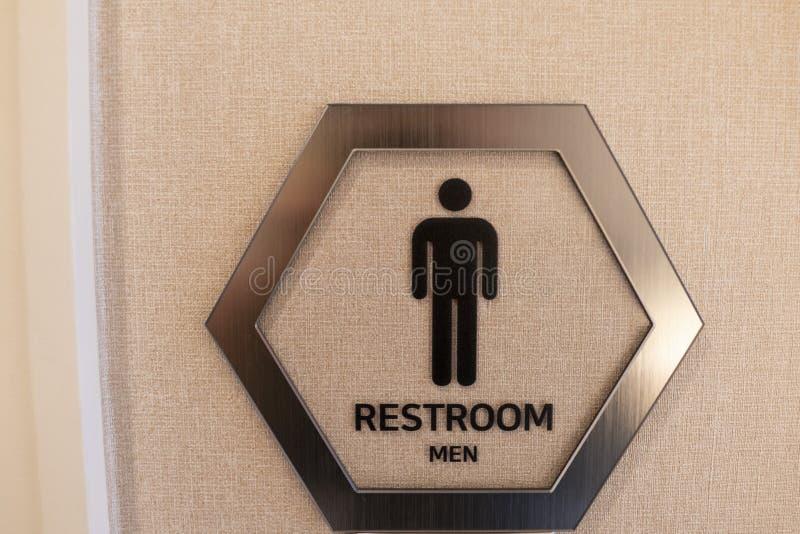 A vara do sinal do toalete dos homens na parede fotografia de stock royalty free