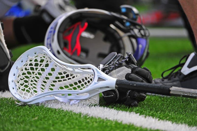 Vara e capacete do lacrosse dos meninos imagens de stock royalty free