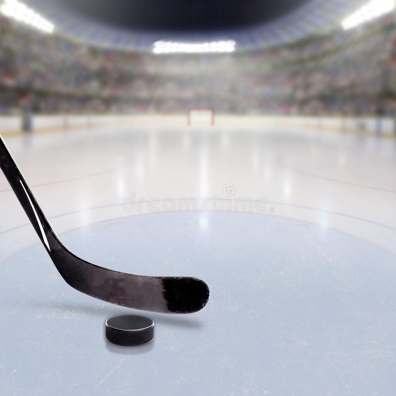 Vara e disco de hóquei no gelo da arena aglomerada ilustração royalty free