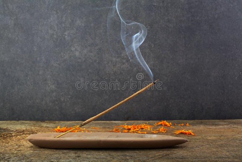 Vara e fumo do incenso do burning do incenso Fumo bonito Aromaterapia fotos de stock