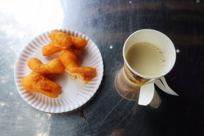 Vara e tofu fritados imagem da massa do café da manhã da vista superior em um vidro em um fundo de aço inoxidável da tabela foto de stock