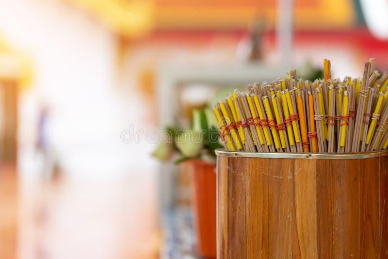 vara e vela do incenso para a cerimônia budista fotografia de stock