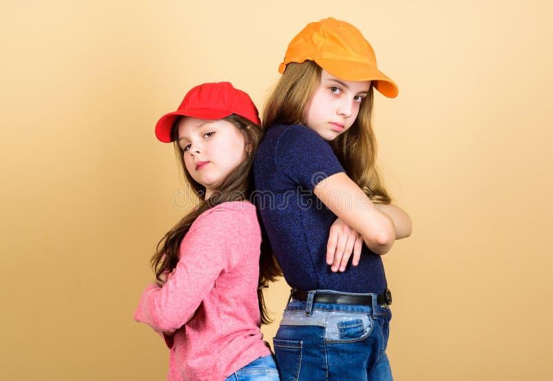Vara en hipster Förtjusande små hipsters Små barn som bär hipsterstilkläder och tillbehör Gulligt litet royaltyfri fotografi