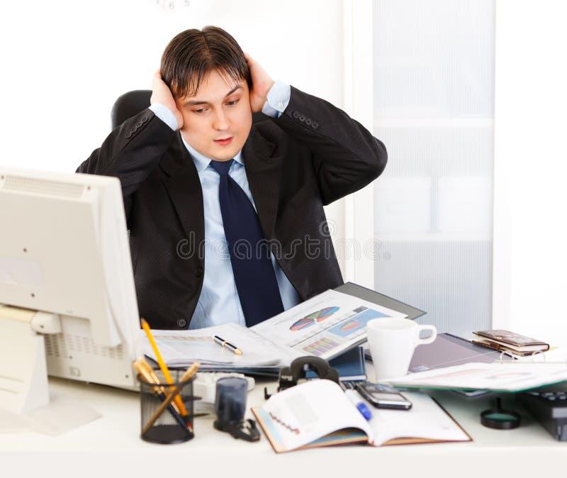 vara overloaded arbete för affärsman påfyllningar royaltyfri bild