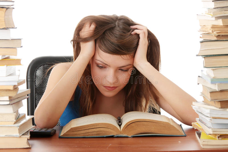 vara skrivbordflicka som studerar tonårs- trött arkivfoto