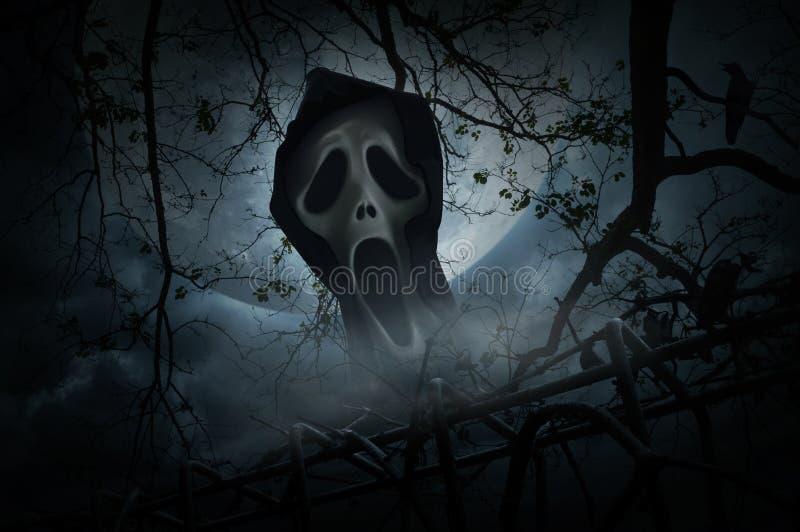 Vara spökskrivare skriet med det gamla staketet över rök, det döda trädet, galandet, den månen arkivfoto