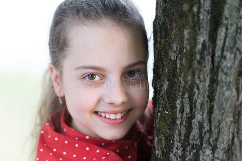 Vara stolt av hennes leende f?rtjusande stor flicka little leende Le ungen med det vita sunda leendet p? h?rlig framsida royaltyfri fotografi