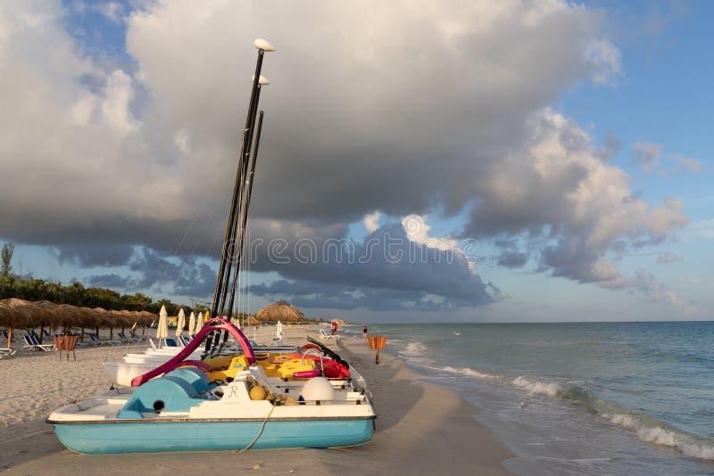 Varadero, Cuba Bateaux sur la plage Beaux nuages photographie stock libre de droits