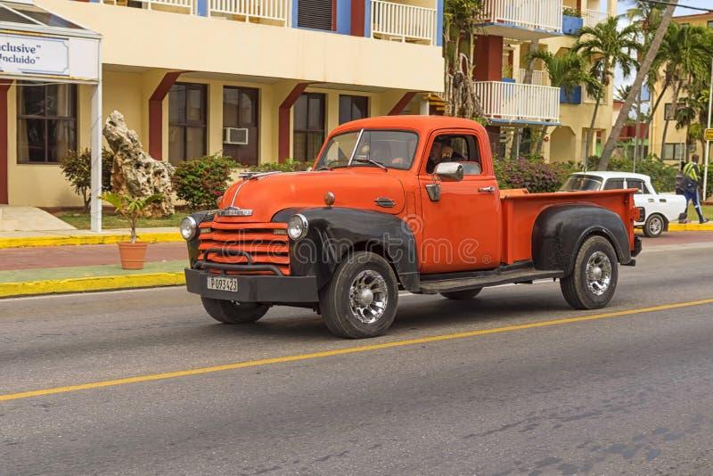 VARADERO, CUBA - 5 DE ENERO DE 2018: Retr anaranjado clásico de Chevrolet imagen de archivo libre de regalías