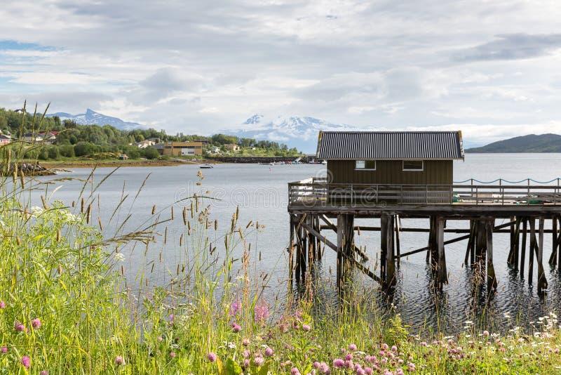 Varadero de madera en un fiordo en Lofoten, Nordland, Noruega fotos de archivo libres de regalías