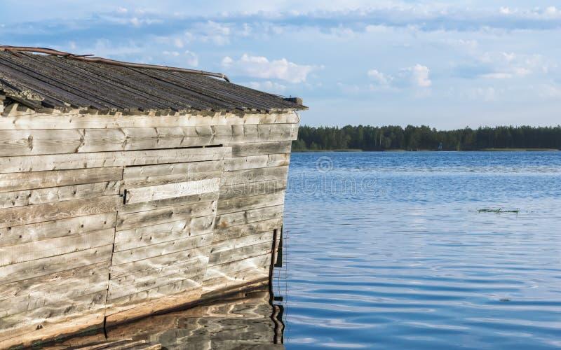 Varadero de madera viejo en el río en verano imagen de archivo libre de regalías