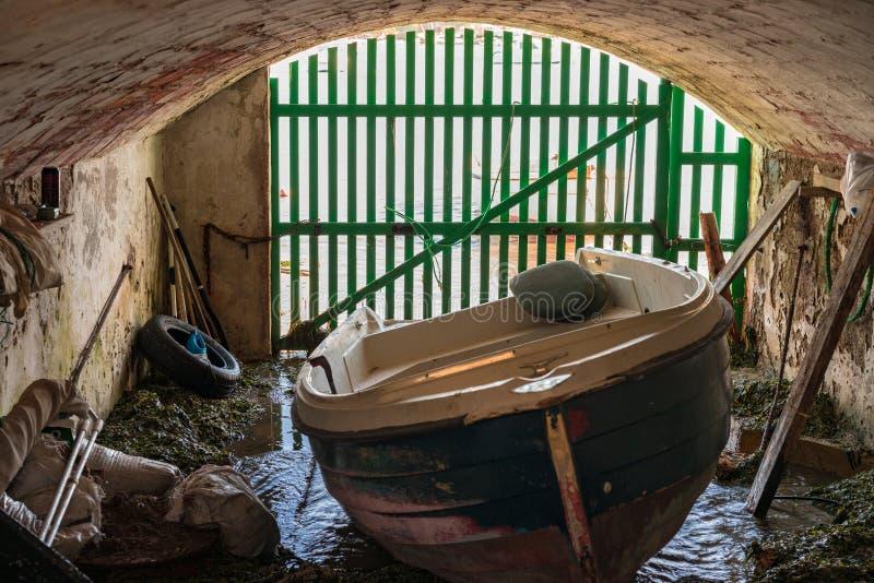 Varadero del Grunge con el barco de pesca de madera fotografía de archivo