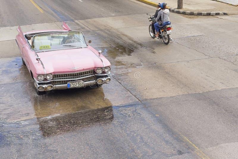 VARADERO KUBA - JANUARI 05, 2018: Den klassiska rosa Cadillac retro bilen rider på vägen av Varadero i Kuba arkivfoton