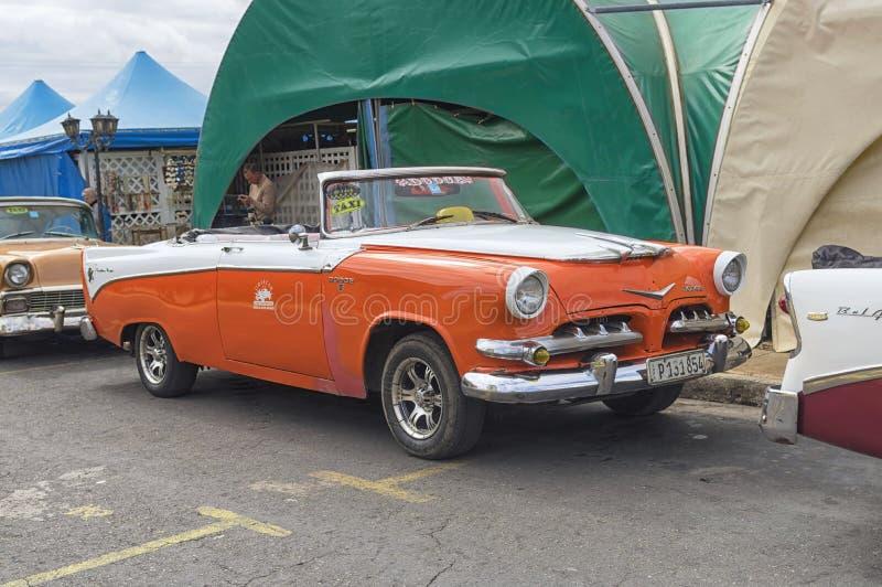VARADERO KUBA - JANUARI 05, 2018: En retro klassiska orange Dodge royaltyfri fotografi