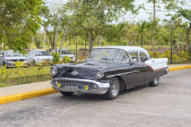 VARADERO KUBA, STYCZEŃ, - 05, 2018: Retro klasyczny Amerykański samochód parkujący w mieście Varadero w Kuba obraz royalty free