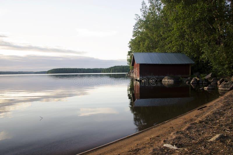 Varaderos hermosos en el lago en la puesta del sol fotos de archivo