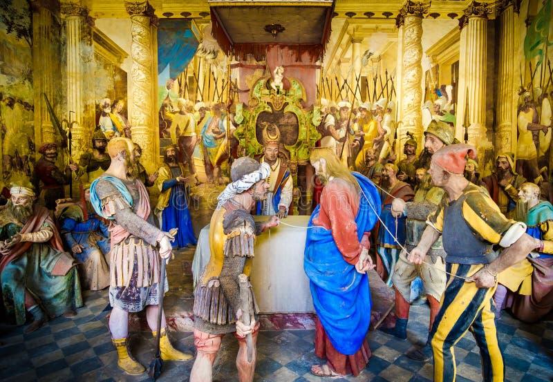 Varallo圣经的形象耶稣Sanhedrin审判的表示法presepe Caiaphas法庭的 免版税库存图片