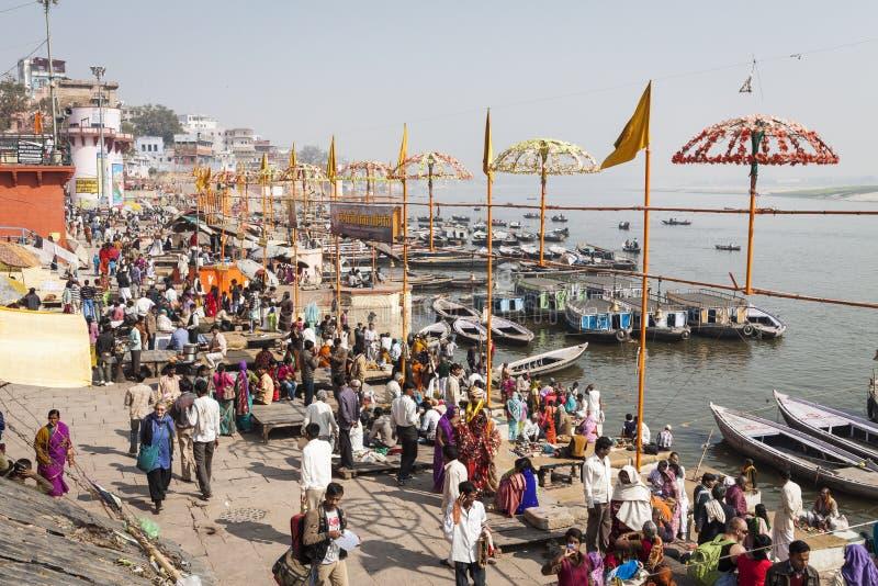 VARANASI, ÍNDIA - 25 DE JANEIRO DE 2017: Ideia da manhã dos ghats santamente o fotografia de stock