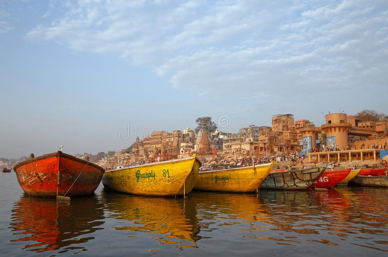 VARANASI, ÍNDIA - 20 DE MARÇO DE 2018: barcos da cor no rio de Ganga imagem de stock