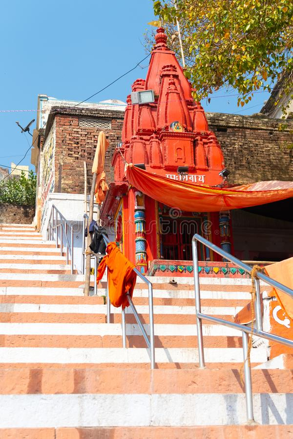 VARANASI, ÍNDIA, O 10 DE MARÇO DE 2019 - templo pequeno de Shiva em terraplenagens do Ganges, Varanasi, Índia imagem de stock royalty free