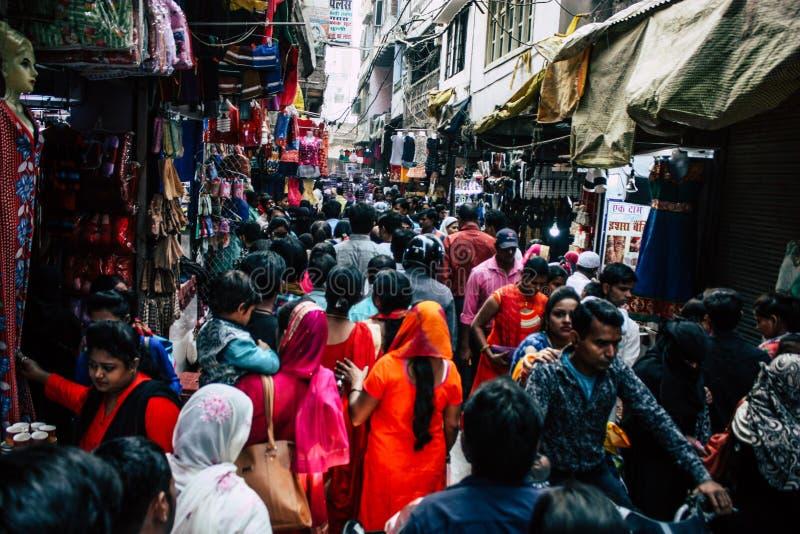 Varanasi Índia opinião do 10 de novembro de 2018 os povos dos desconhecidos que andam no bazar no distrito árabe da cidade velha  fotos de stock
