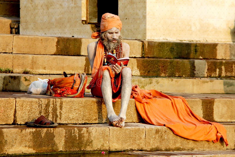VARANASI, ÍNDIA - OUTUBRO 23: Um eremita reza no ghat em Ganga r foto de stock royalty free