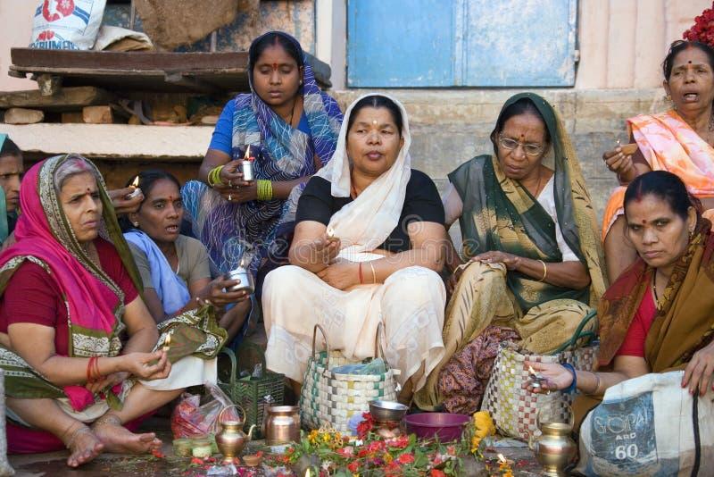 Varanasi Ghats - culte indou - l'Inde photographie stock libre de droits