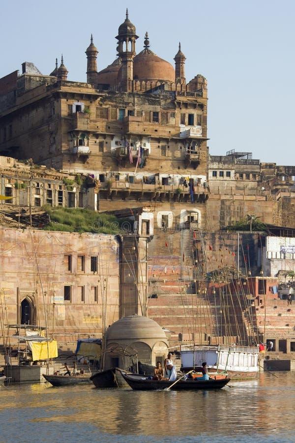 Varanasi Ghats Hindú - La India Imagen editorial