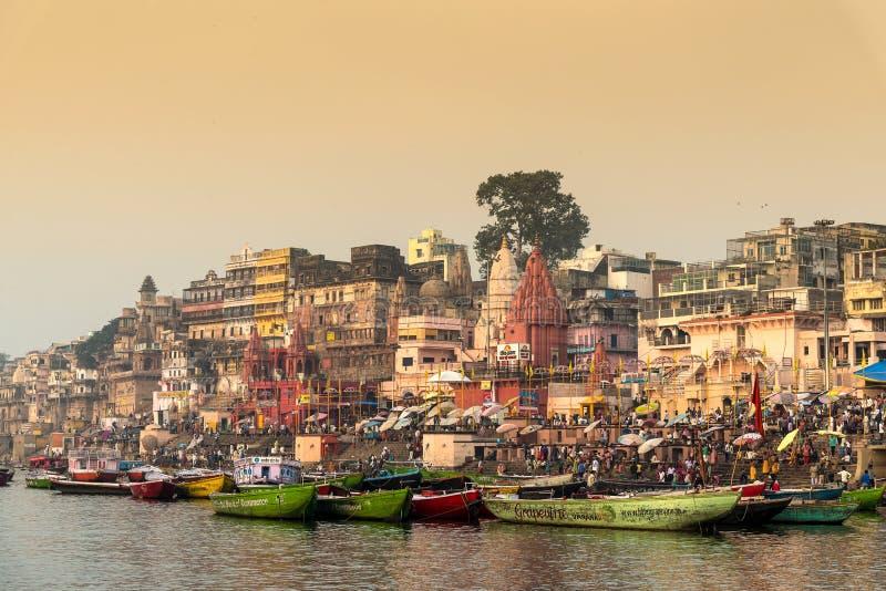 Varanasi i morgon med den Ganga floden royaltyfri bild