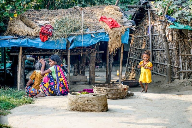 Varanasi/India-09 11 2018: Życie w małej biednej wiosce obraz stock