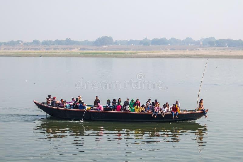 Varanasi, India Esporte de barco dos povos no rio de Ganga em Varanasi, Índia imagens de stock royalty free