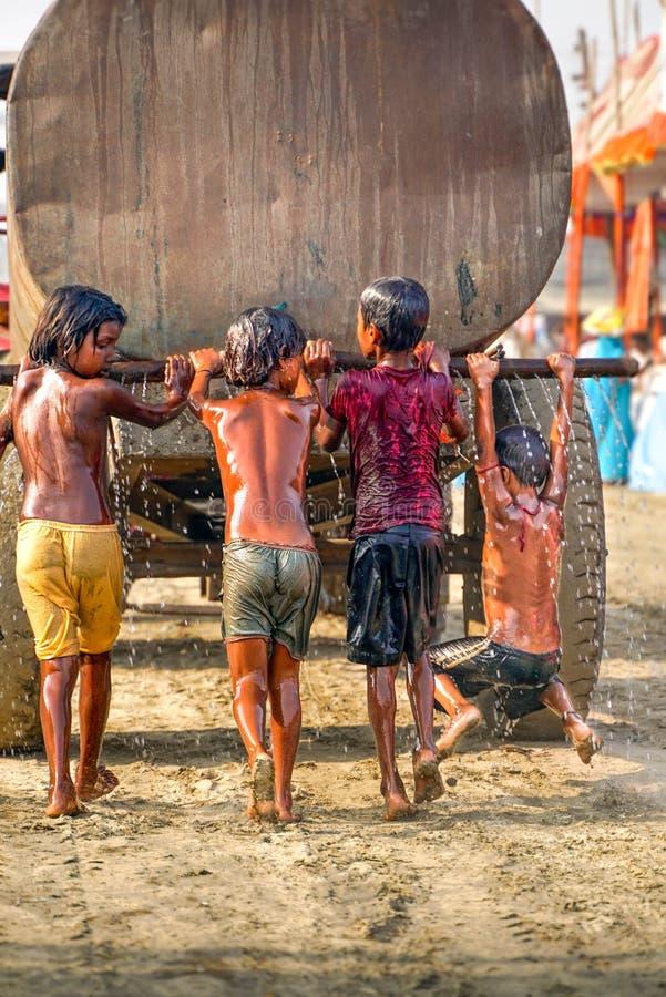 Varanasi/India-09 11 2018: indiska ungar som spelar med vattenbehållaren royaltyfria bilder