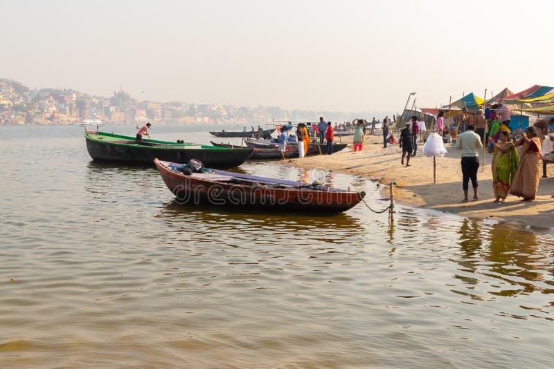 Varanasi, India, 27 Mar 2019 - Dashaswamedh Ganges rzeczny ghat Varanasi przy zmierzchem z turystami cieszy się wodniactwo jedzie zdjęcia royalty free